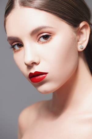 ヘルスケアと美容のコンセプト。新鮮な健康な輝く肌を持つ美しい若い女性のクローズアップ肖像画。顔のスキンケア、美容。
