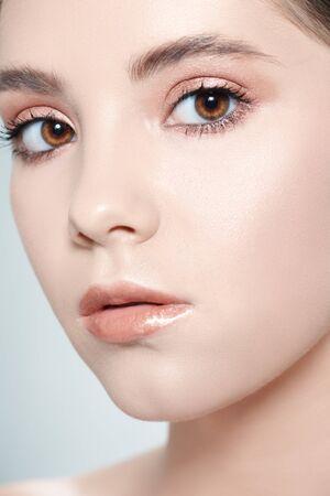 Concept de soins de santé et de beauté. Portrait en gros plan d'une belle jeune femme avec une peau fraîche et brillante. Soins de la peau du visage, cosmétologie.