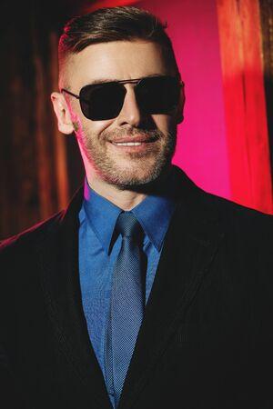A close up portrait of a brutal handsome man in sunglasses. Men's beauty, fashion. Optics for men. Banque d'images