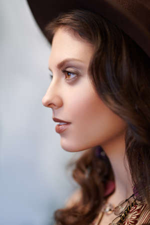 Close up ?ortrait of a smiling young woman in profile. Beauty, fashion. Hippie, boho style. Stockfoto