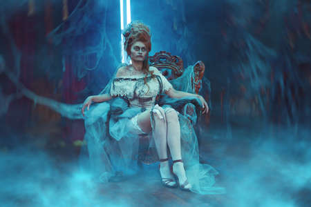 Halloween Portrait of the dead empress in the old abandoned castle. Ghost in the castle. Vintage style. Standard-Bild