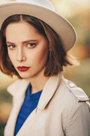 Portrait of a beautiful romantic girl in the autumn park. Autumn beauty, fashion. 스톡 콘텐츠