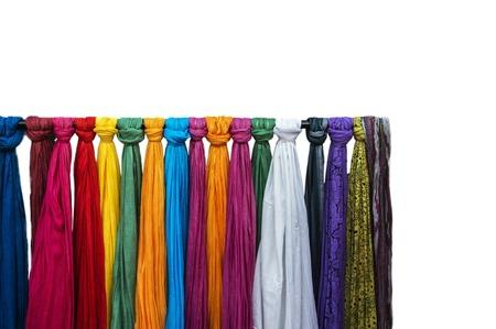 bufandas: Bufandas agradables a la venta en una tienda. Bufandas aislados sobre fondo blanco. Foto de archivo