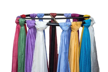foulards: Sciarpe in vendita in stand turno. Belle sciarpe con i colori e su sfondo bianco. Archivio Fotografico