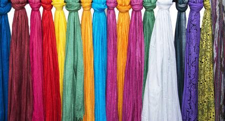 sciarpe: Sciarpe colorate in esposizione e vendita presso un negozio. Archivio Fotografico