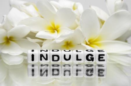 indulgere: SMS Indulge con fiori gialli Archivio Fotografico
