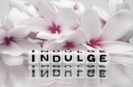 indulgere: Messaggio di testo Concedetevi con fiori rossi leggeri