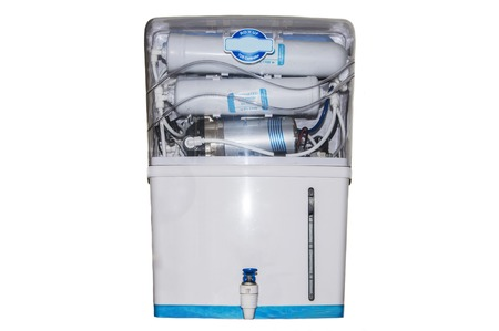 bomba de agua: Máquina purificador de agua aisladas sobre fondo blanco. Foto de archivo