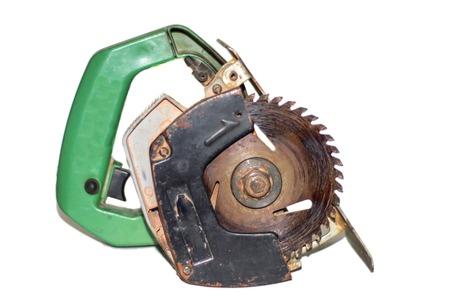 MOTORIZADO: Motorizado eléctrico vio con la rueda sobre fondo blanco.