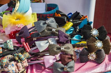 cintillos: Diferentes cintas para el pelo de colores y arcos sobre la venta.