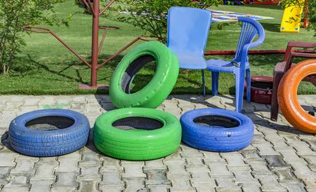 actividades recreativas: Sillas viejas y llantas pintadas de juego y las actividades recreativas. Foto de archivo
