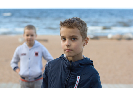 Boys-teenagers, brothers, schoolboys. Summer vacation on the beach. Banque d'images
