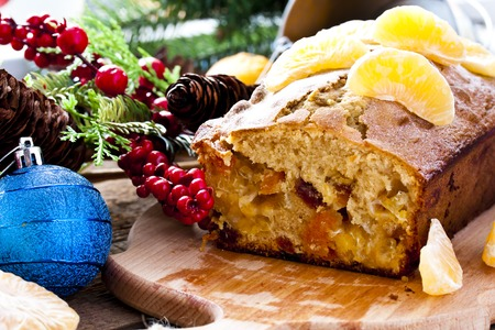 weihnachtskuchen: Weihnachtskuchen mit Mandarinen, getrocknete Früchte und Weinbrand