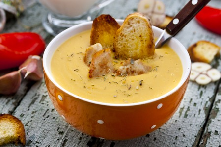 croutons: cream-soup with lentils, chicken, thyme and croutons