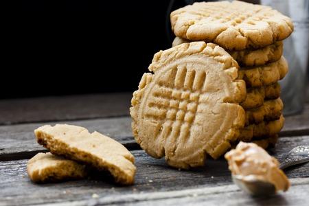 黒の背景にピーナッツ バターのショートブレッド クッキー 写真素材