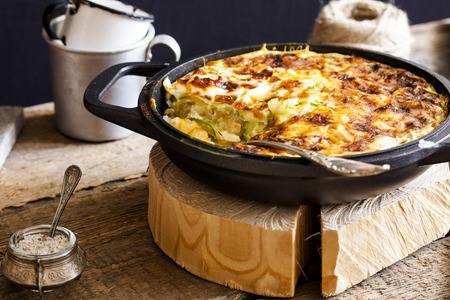 huevos revueltos: cazuela de arroz, verduras, queso y calabacín
