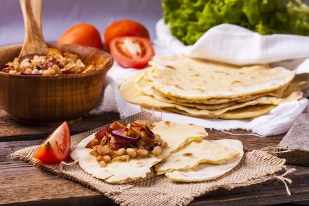 tortilla de maiz: tortilla de maíz con tocino, habas y cebollas