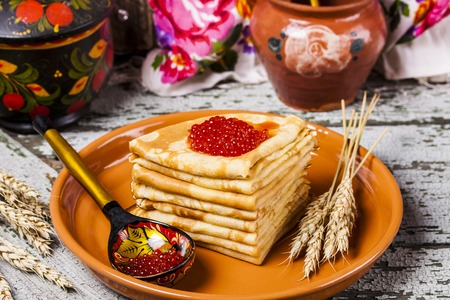 almuerzo: Pancakes with salmon caviar traditional Russian meal on wooden background Foto de archivo