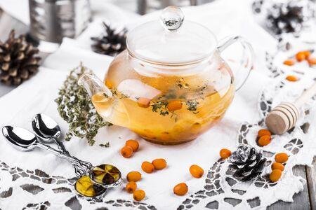 argousier: tea with sea-buckthorn berries, cloudberries and honey Banque d'images