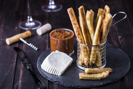 gressins: gressins au fromage avec le piment et le thym dans un panier