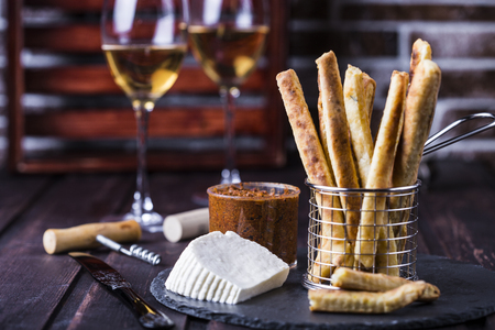 gressins: cheesy breadsticks with chili and thyme in a basket Banque d'images