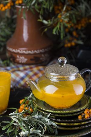 argousier: thé chaud à l'argousier sur un fond noir