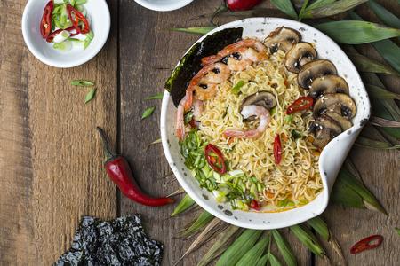 Fideos asiáticos con camarones, champiñones y verduras