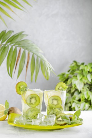 cocktail with kiwi, lemon and mint 스톡 콘텐츠