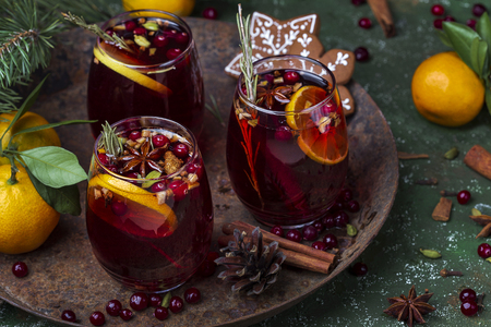 Christmas hot mulled wine with spices and fruits 免版税图像