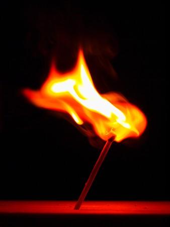 cerillos: un palo de coincidencia en fuego con enorme llama caliente.