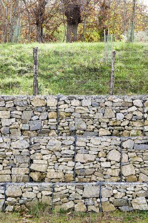 tablaroca: drywall retener, construida de piedra llenar un recipiente hecho de una malla de alambre de malla hexagonal, dicho de gaviones