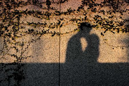 Romantico bacio ombra sul muro