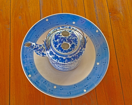 Boil a pot of tea made ??from the blue flower patterned ceramic pan. photo
