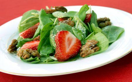 Spinazie salade met aardbeien pecans.