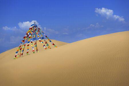 Heldere vlaggen in de woestijn