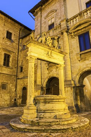 montepulciano: Old well in Montepulciano in Italy in the evening