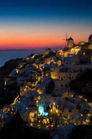 Lumières de village d'Oia la nuit, Santorin, en Grèce. Banque d'images - 46611485