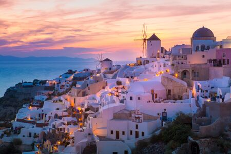 Vista di Oia il più bel villaggio dell'isola di Santorini in Grecia. Archivio Fotografico