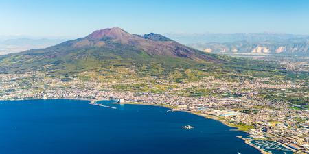 Napoli e il Vesuvio sullo sfondo all'alba in un giorno d'estate, l'Italia, la Campania Archivio Fotografico