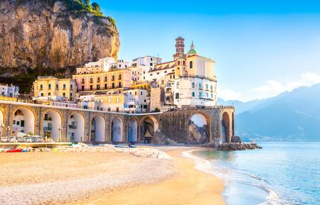 Paisaje urbano de Amalfi en la costa del mar Mediterráneo, Italia Foto de archivo