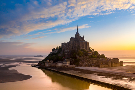 Widok Mont Saint-Michel w świetle zachodzącego słońca. Normandia, Francja