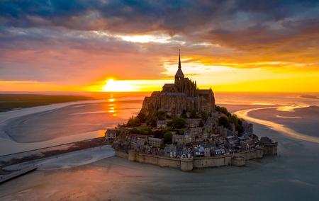 Vue sur le Mont Saint-Michel à la lumière du soleil couchant. Normandie, France Banque d'images