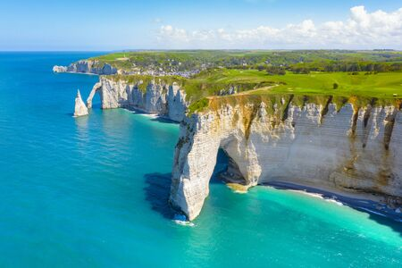 Picturesque panoramic landscape on the cliffs of Etretat. Natural amazing cliffs. Etretat, Normandy, France, La Manche or English Channel. Coast of the Pays de Caux area in sunny summer day. France 免版税图像
