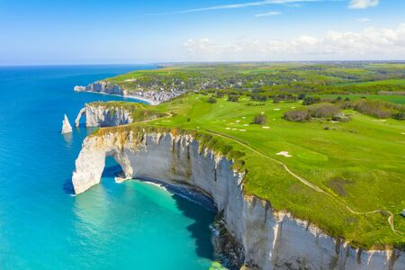 Picturesque panoramic landscape on the cliffs of Etretat. Natural amazing cliffs. Etretat, Normandy, France, La Manche or English Channel. Coast of the Pays de Caux area in sunny summer day. France Banque d'images - 128914910