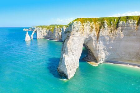 Picturesque panoramic landscape on the cliffs of Etretat. Natural amazing cliffs. Etretat, Normandy, France, La Manche or English Channel. Coast of the Pays de Caux area in sunny summer day. France Banque d'images - 128914909