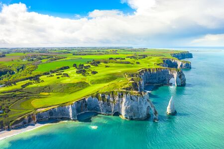 Picturesque panoramic landscape on the cliffs of Etretat. Natural amazing cliffs. Etretat, Normandy, France, La Manche or English Channel. Coast of the Pays de Caux area in sunny summer day. France 版權商用圖片