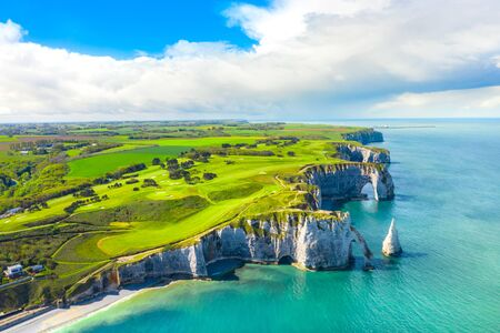 Picturesque panoramic landscape on the cliffs of Etretat. Natural amazing cliffs. Etretat, Normandy, France, La Manche or English Channel. Coast of the Pays de Caux area in sunny summer day. France Banque d'images - 128914921