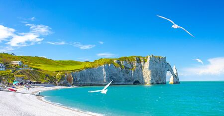 Picturesque panoramic landscape on the cliffs of Etretat. Natural amazing cliffs. Etretat, Normandy, France, La Manche or English Channel. Coast of the Pays de Caux area in sunny summer day. France Banque d'images - 128914918