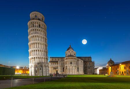 Night view of Pisa Cathedral with Leaning Tower of Pisa on Piazza dei Miracoli in Pisa, Tuscany, Italy. The Leaning Tower of Pisa is one of the main landmark of Italy Banque d'images - 132036407
