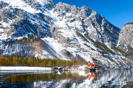 Church St. Bartholomew on Konigssee lake in winter. Berchtesgaden National Park, Bavaria, Germany 免版税图像